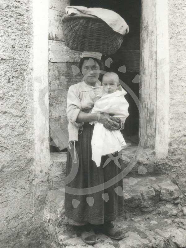 Madre con culla